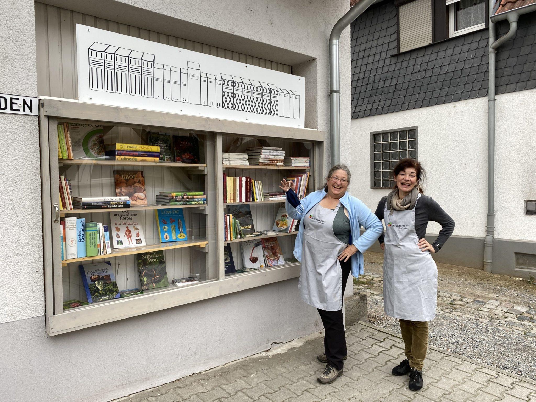 Offenes Bücherregal beim Jahreszeiten